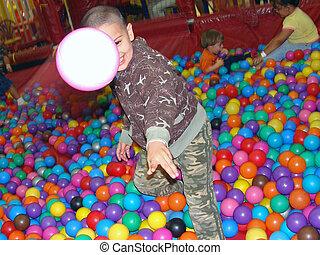 criança, tocando, com, plástico, bolas, em, pátio recreio