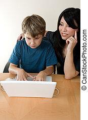 criança, usando computador portátil, enquanto, adulto, supervisiona