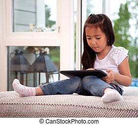 criança, usando, tablete digital