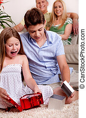 crianças, abertura, presentes natal, com, pais, em, a, fundo