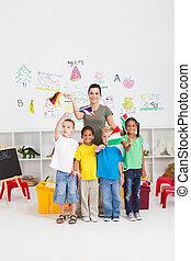crianças, bandeiras, professor, pré-escolar