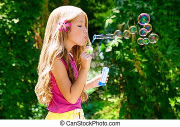 crianças, bolhas sabão soprando, em, ao ar livre, floresta