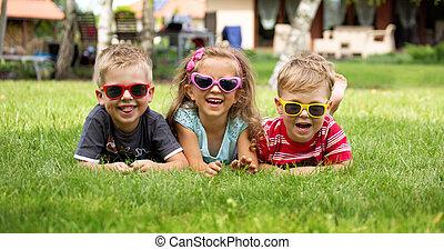 crianças, capim, rir, mentindo, feliz