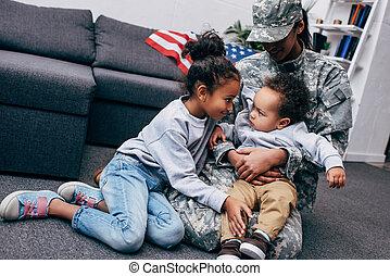 crianças, com, mãe, em, uniforme militar