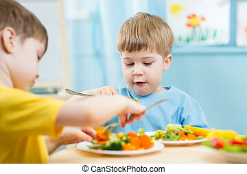 crianças comendo, em, jardim infância