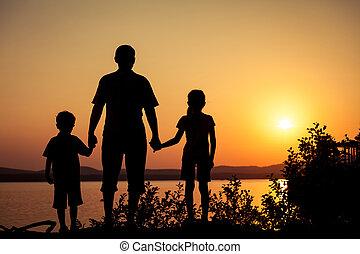 crianças, costa, pai, lago, tocando