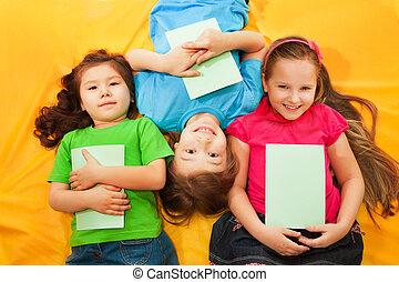 crianças, deitando, junto, feliz