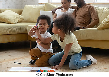 crianças, desenho, biracial, sentar, pequeno, junto, chão