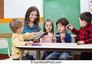 crianças, e, professor, tocando, com, instrumentos musicais