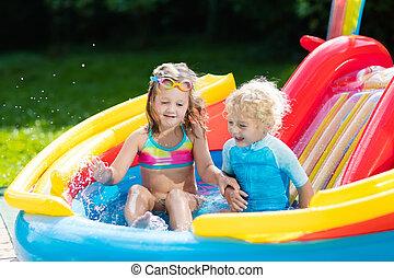 crianças, em, jardim, piscina, com, escorregar