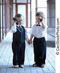crianças, em, terno negócio, com, telefone móvel, outdoors.