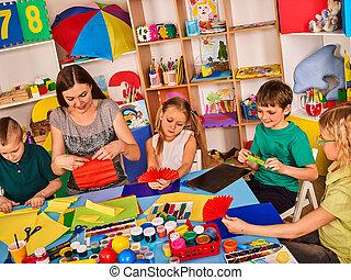 crianças escola, com, tesouras, em, crianças, mãos, corte, papel, .
