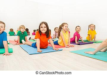 crianças, esticar, costas, ligado, tapetes ioga, em,...