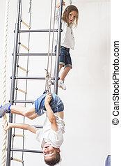 crianças, físico, tocando, concepts., barras, durante, irmã, irmão, parede, junto, dentro, exercícios, atividade