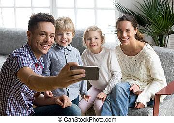 crianças, família, levando, toget, jovem, adotado, sorrindo, selfie, feliz