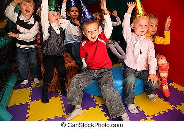 crianças, feriado, em, jardim infância, com, mãos levantadas
