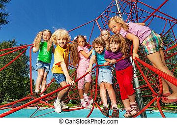 crianças, ficar, uma fileira, ligado, vermelho, cordas, de, pátio recreio