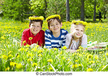 crianças, gramado