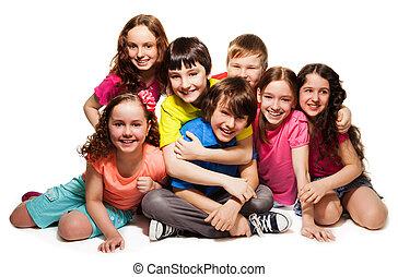 crianças, grupo, abraçando, feliz