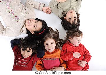 crianças, grupo, em, círculo, deitando, ligado, chão