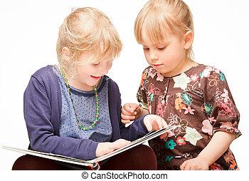 crianças, lendo um livro