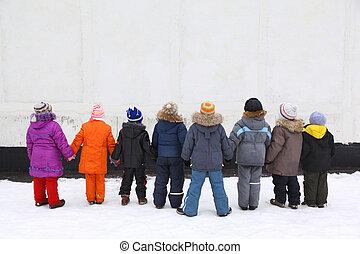 crianças, levantar, tendo, mãos juntadas, vista traseira