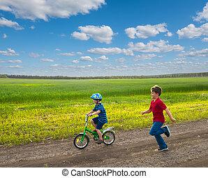 crianças, ligado, bicicleta, em, paisagem rural
