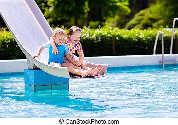 crianças, ligado, corrediça água, em, piscina