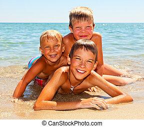 crianças, ligado, um, praia