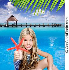 crianças, loura, menina, em, férias verão, praia tropical, com, starfish