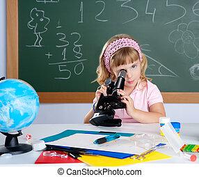crianças, menininha, em, escola, sala aula, com, microscópio
