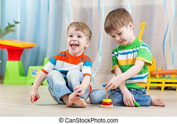 crianças, meninos, com, brinquedos, em, playroom