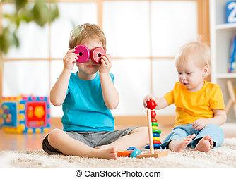 crianças, meninos, tocando, com, brinquedos educacionais