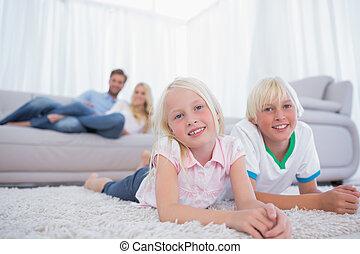 crianças, mentindo, tapete