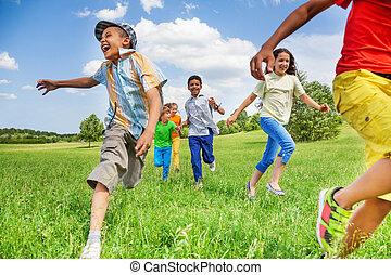 crianças moção, de, executando, ligado, campo verde