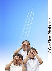 crianças, observar, voando, céu, três, aeronave, através, feliz