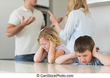 crianças, orelhas covering, enquanto, pais, argumentar