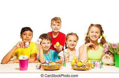 crianças, oriental, ovos, junto, segurando, sorrindo