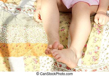 crianças, pés, cama