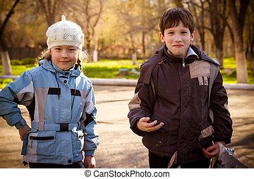 crianças, parque, em, a, outono