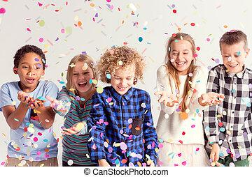 crianças, pegando, confetti