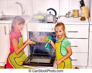 crianças, pobremente, cozinhar, galinha, em, kitchen.