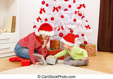 crianças, presentes abrindo, em, natal