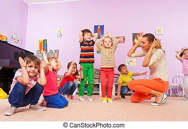 crianças, repetir, após, professor, fazer, orelhas, com, mãos