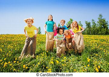 crianças, sacos, junto, pular, tocando, feliz