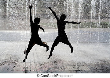 crianças, silueta, água, pular, chafariz, fresco