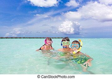 crianças, snorkeling, em, mar