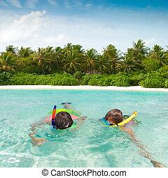 crianças, snorkeling, em, trópicos