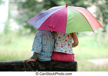 crianças, sob, guarda-chuva