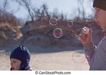 crianças, soprar borbulha, ao ar livre